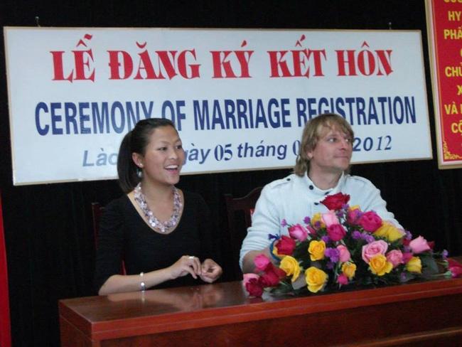 Cô gái Hmong cùng chồng trong lễ kết hôn LaoCai.net)